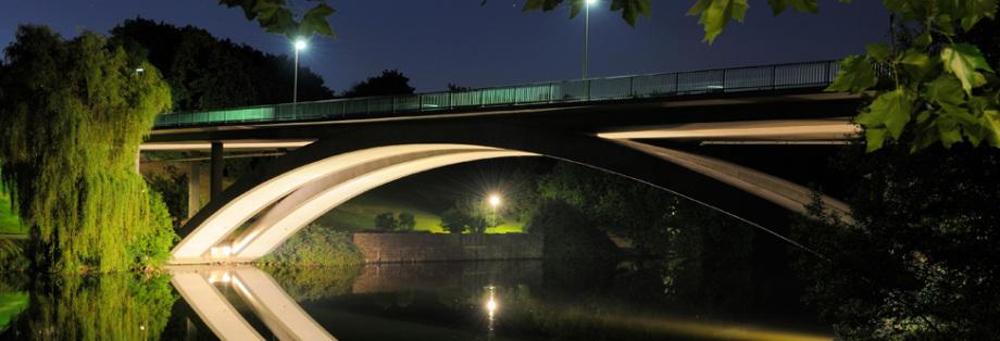 Beleuchtete Brückenunterseite in Hagen