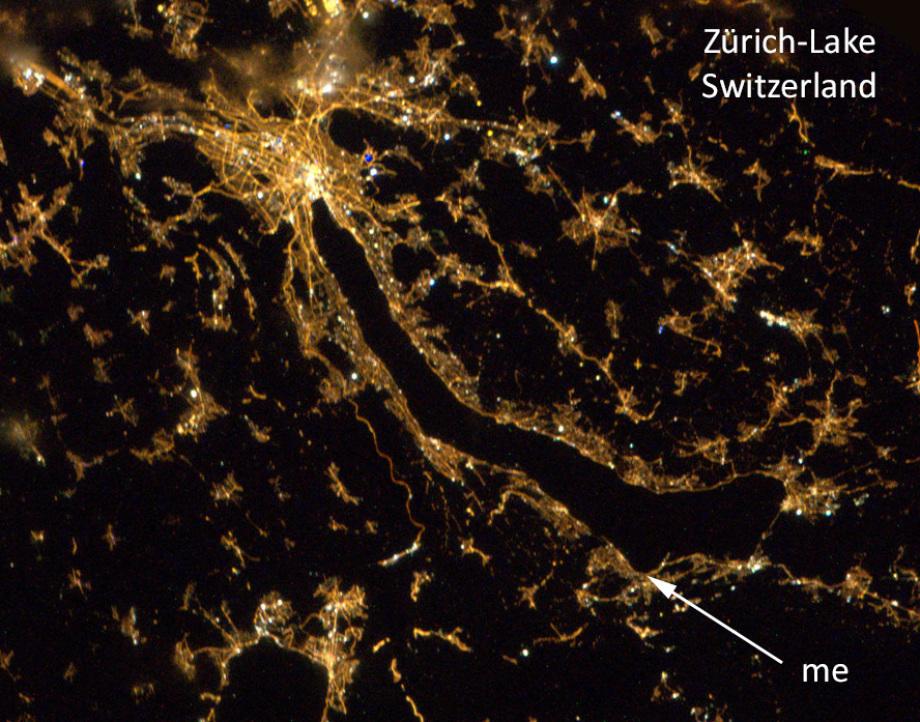 Die trennende Wirkung des Zürich-Sees wird im Nacht-Bild sehr offensichtlich